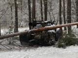 Uwaga! Ślisko na drogach. Kierowca volkswagena wpadł w poślizg i wypadł z drogi w okolicach Połupina. Mężczyzna trafił do szpitala