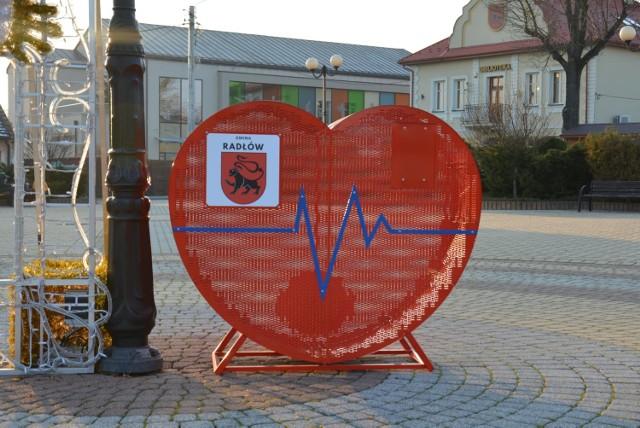 Duże serce na nakrętki stanęło m.in. na Rynku w Radłowie