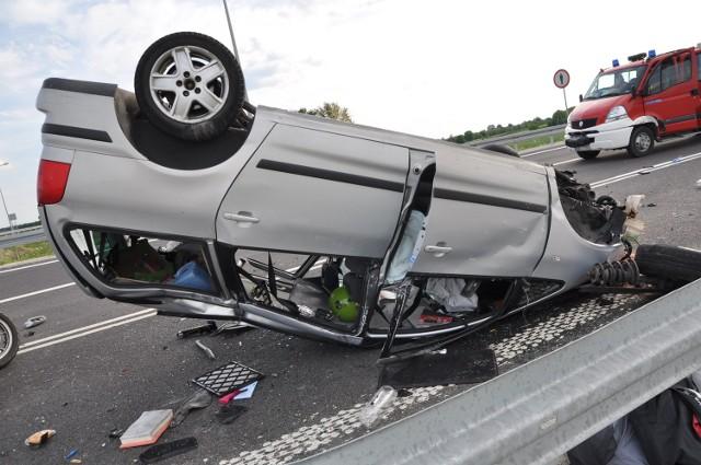 """To nieudzielenie pierwszeństwa przejazdu było przyczyną wypadku drogowego we Frampolu. 25-letni kierowca volvo """"nie zauważył"""" znaku drogowego i wjechał na drogę z pierwszeństwem przejazdu, którą jechał volkswagen. W wyniku zderzenia samochodów, ogólne obrażenia ciała odnieśli wszyscy uczestnicy wypadku."""