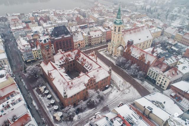 Toruń jest piękny o każdej porze roku. Widać to także zimą, kiedy śnieg okrył ulice i dachy miasta. Zobaczcie wyjątkowe fotografie Torunia z góry! >>>>>
