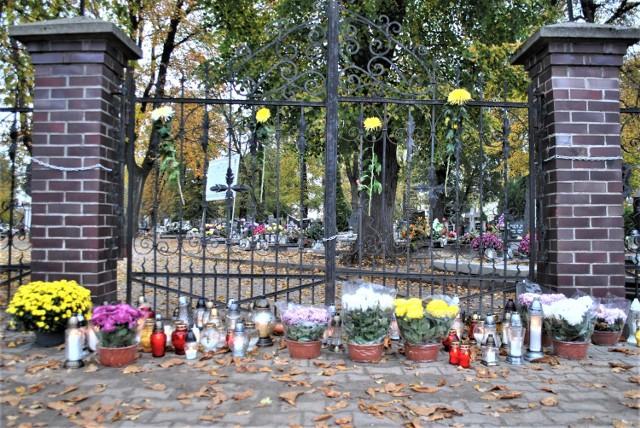 Mieszkańcy ustroili bramę kwiatami oraz postawili je w doniczkach przed cmentarzem.