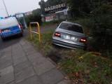 W Ustce BMW wjechało do rowu. Ucieczka kierowcy i pasażera [ZDJĘCIA]