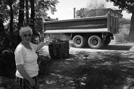 Ryszarda Stolarek nie może znieść ciągłego hałasu, który powodują samochody przewożące ziemię z terenu Saint-Gobain Glass.