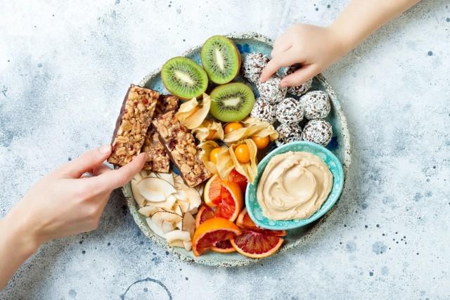 Nawet na diecie można podjadać między posiłkami! Warto jednak wybierać zdrowe produkty i trzymać się odpowiednio małych porcji – najlepiej, gdyby miały do 100 kcal.   Sprawdź, które z pysznych i zdrowych produktów i w jakich ilościach zapewnią dawkę 100 kalorii.   Zobacz kolejne slajdy, przesuwając zdjęcia w prawo, naciśnij strzałkę lub przycisk NASTĘPNE.