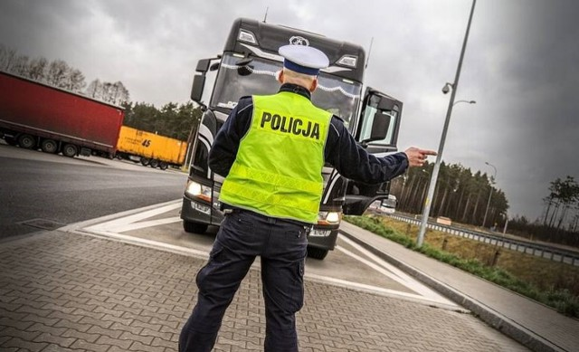 """Na drogach powiatu lublinieckiego policjanci prowadzili działania """"Truck & Bus"""". W trakcie akcji skontrolowano 55 pojazdów, z czego 44 pojazdy ciężarowe."""