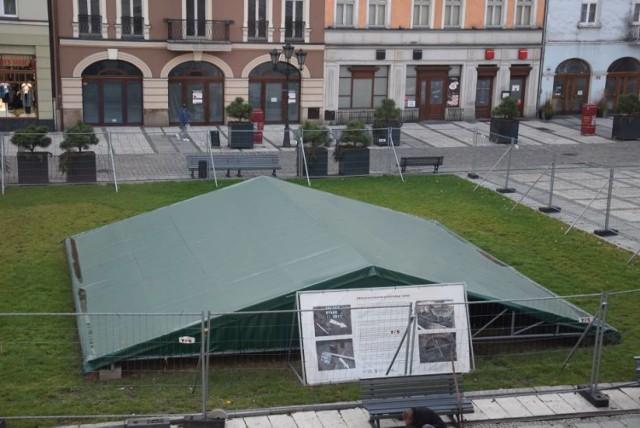 Namiot nad zabytkową dziurą na Głównym Rynku zniknie, a zastąpi je podest