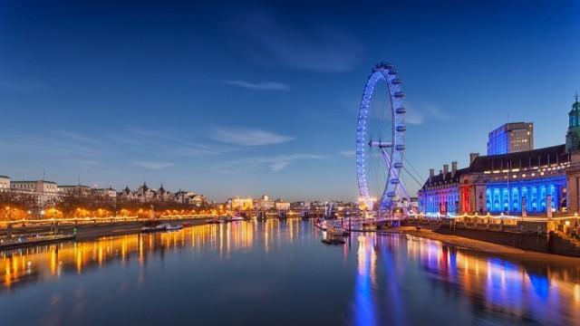 Radosna zabawa w barwnym, wielokulturowym tłumie, Big Ben oznajmiający północ i sztuczne ognie nad opactwem Westminster – z tym kojarzy się sylwester w stolicy Anglii. Tę noc można też spędzić w jednym z niezliczonych londyńskich pubów. Wszędzie dostaniemy się dzięki doskonałej, najlepszej w Europie komunikacji miejskiej. Ci, którzy chcą zażyć gwaru i nieokiełznanej radości, będą zachwyceni! I jeszcze jedno – angielskiego, spienionego ale na pewno dla nikogo nie zabraknie…   Do Londynu z Wrocławia latają linie WizzAir. Za bilet z bagażem podręcznym w dwie strony zapłacimy 398 zł (wylot z Wrocławia: 30 grudnia, a powrót: 2 stycznia).
