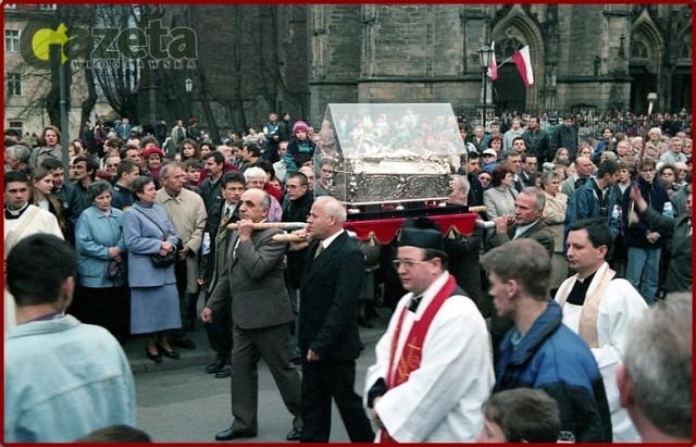 Kwiecień 1999 r. procesja ulicami Świdnicy z relikwiarzem, w którym spoczywają doczesne szczątki świętego Wojciecha - patrona Polski