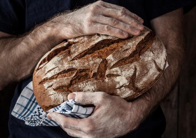 Jak zrobić chleb w domu? To wcale nie trudne – choć apetyt rośnie w miarę jedzenia i po przygotowaniu kilku łatwych bochenków ma się ochotę na więcej eksperymentów!  Domowy chleb to lepsza alternatywa dla tego dostępnego w większości sklepów – łatwo się o tym przekonać, czytając długi skład niektórych wypieków. Można przygotować je z wysokiej jakości składników, również z mąki bezglutenowej. Jest to więc dobra opcja dla osób z nadwrażliwością pokarmową oraz wszystkich tych, którzy cenią smaczne pieczywo.  Własnoręcznie przygotowany chleb wspaniale pachnie i smakuje, a dzięki temu, że jest zdrowy, można śmiało jeść go każdego dnia!  Wypróbuj 10 przepisów na chleb – m.in. na zakwasie, bezglutenowy, razowy, pełnoziarnisty, żytni, orkiszowy, graham, bez mąki i inne!  Zobacz kolejne slajdy, przesuwając zdjęcia w prawo, naciśnij strzałkę lub przycisk NASTĘPNE.  Wskazówki dotyczące sposobu przygotowania chleba znajdziesz w naszym artykule.