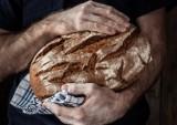 Domowy chleb – jak upiec smaczny bochenek? Jak przygotować zakwas na chleb? Przepis na chleby: na zakwasie, bezglutenowy, razowy i inne