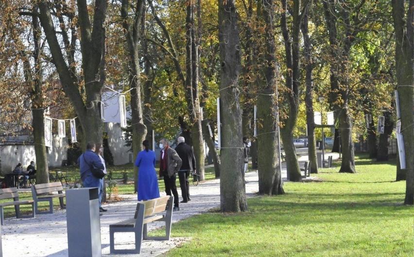 """KOŚCIAN. W parku KOK została otwarta wystawa zdjęć """"Odwiedziny"""". Bogdan Ludowicz sportretował mieszkańców DPS Jarogniewice [ZDJĘCIA]"""