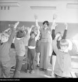 Nauczyciele i uczniowie na starych zdjęciach. Tak kiedyś wyglądały pierwsze dni w szkole