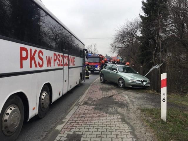 Samochód po zderzeniu z autobusem, wpadł na chodnik. Piesi zdążyli uciec w ostatniej chwili