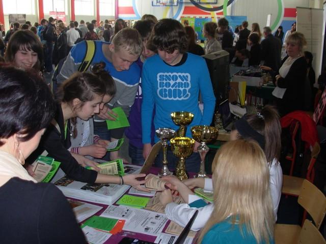 """Targi Edukacyjne pod nazwą  """"Kariera - planuję, decyduję, działam"""" odbyły się  22 marca w Zespole Szkół Samorządowych w Rejowcu Fabrycznym."""