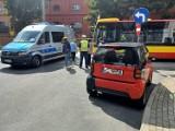 Groźny wypadek we Wrocławiu. Autobus MPK zderzył się ze smartem. Karetka w drodze (ZDJĘCIA)