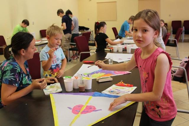 Lato w Dolsku. Dzieci i młodzież uczyli się budować latawce podczas wakacyjnych warsztatów z dolską biblioteką