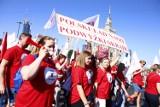 """""""Czerwony marsz"""" na ulicach Warszawy. Pracownicy sądów i prokuratur protestują: """"Nie róbcie nas w balona"""""""