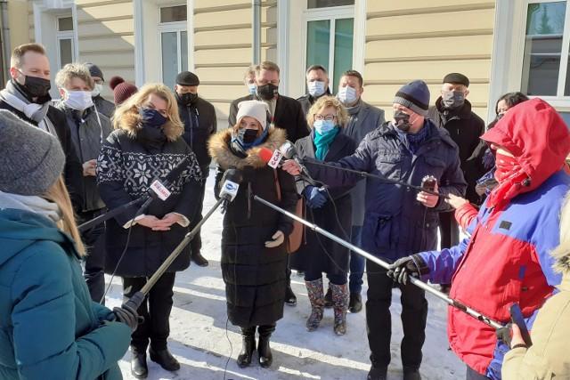 Przed budynkiem bielskiego pediatryka w poniedziałek 15 lutego politycy i samorządowcy wspólnie, ponad podziałami, apelowali do rządzących o zmianę decyzji w sprawie finansowania pediatrii w Polsce