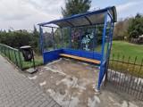 """Zniszczony przystanek przy Wczasowej w Karpicku. Sołtys: """"Totalnie bezmyślne zachowanie wandali"""""""