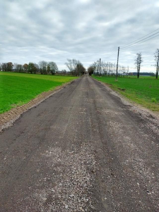 Droga w Chorzeminie jest już gotowa!  Wykonano nawierzchnię z kruszywa naturalnego na odcinku o długości 800 metrów i szerokości 5 m.