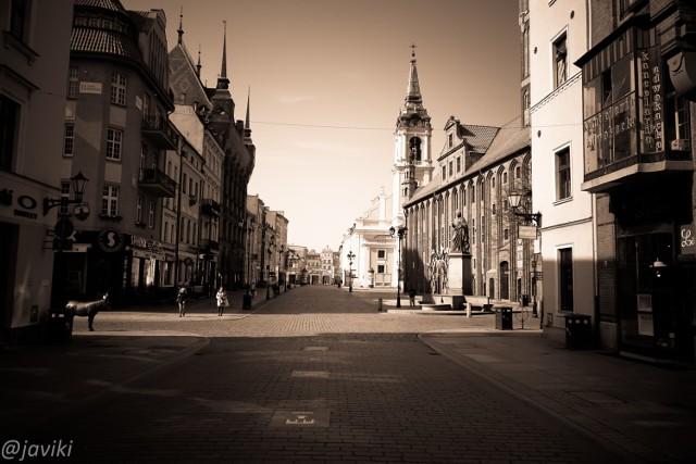 Zapraszamy do obejrzenia kolejnej galerii, która poświęcona jest ulicom naszego miasta w czasie zarazy. Zdjęcia otrzymaliśmy od Tomasza Jaworskiego. Zobaczcie, jak obecnie wygląda Toruń!  WIĘCEJ ZDJĘĆ NA KOLEJNYCH STRONACH >>>>>  Zobacz także: Tak wygląda Kujawsko-Pomorskie w czasach zarazy!