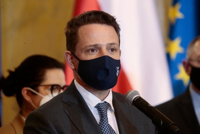 """Rafał Trzaskowski jest zakażony koronawirusem. Prezydent Warszawy poinformował na Twitterze, że """"dołączył do żony i dzieci"""""""