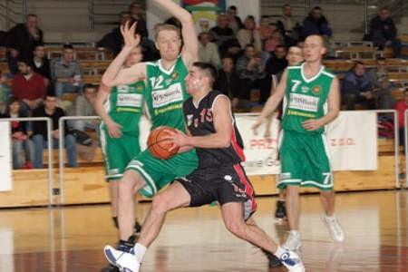 Łukasz Wójcik (z piłką)przeciwko MOSiR-owi Krosno zdobył dla MMKS-u 13 punktów.