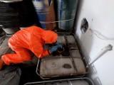 Miliony litrów chemii na działkach pod Warszawą. Policja zabezpieczyła setki beczek i kontenerów