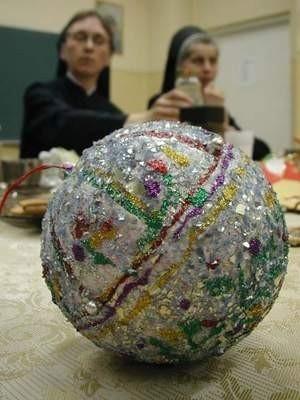 Bombka, wykonana przez Klaudię Nice ze Szkoły Podstawowej nr 5 w Chojnicach, otrzymała wyróżnienie w konkursie ozdób choinkowych. Fot. Agnieszka Wirkus