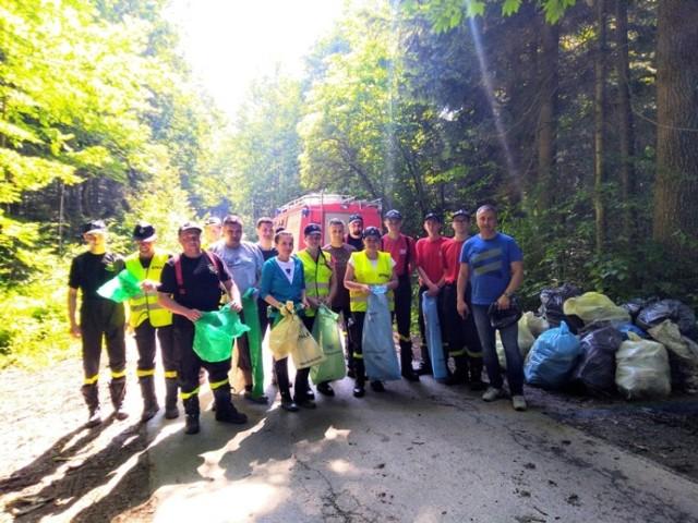 Podczas sprzątnia lasu w Bączalu Górnym i Jabłonicy zebrano ponad 100 worów śmieci.