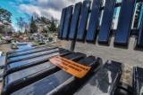 Likwidacja ławeczek na cmentarzu przy Wiślanej trwa. Bydgoszczanie nie kryją oburzenia
