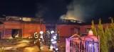 Pożar w powiecie opolskim. W Lesie Dębowym spłonął ciągnik rolniczy i zabudowania gospodarcze. Zobacz zdjęcia z akcji gaśniczej