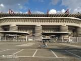 Rower-antyk z Gubina pod stadionem w Mediolanie. Paweł Tomczyk starym rowerem zwiedza świat... podczas przerw w pracy