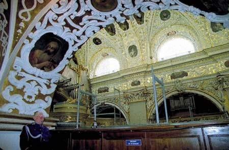 Po odrestaurowaniu sklepienia konserwatorzy przystąpili do renowacji ścian bocznych Kaplicy Cudownego Obrazu. ZDJĘCIE: JACENTY DĘDEK
