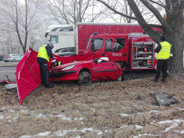 Wypadek miał miejsce o godz. 08.05 w miejscowości Małki (powiat brodnicki). Ze wstępnych ustaleń policji wynika, że kierujący audi A4 wyjeżdżając z drogi podporządkowanej zmusił kobietę kierującą peugeotem do zjechania na pobocze.  Kobieta uderzyła w drzewo. Na miejscu zginęła kilkuletnia dziewczynka, która podróżowała peugeotem. Kierująca tym autem została przewieziona do brodnickiego. szpitala. Kierowca audi był trzeźwy, nic mu się nie stało.   Na miejscu pracowali funkcjonariusze i straż pożarna. - Brodniccy policjanci pod nadzorem prokuratora wyjaśniają okoliczności tego zdarzenia - mówi asp. Agnieszka Łukaszewska, oficer prasowy KPP w Brodnicy.