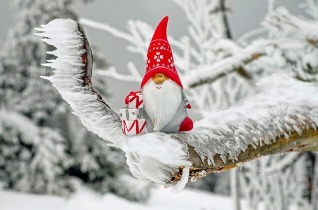 Życzenia bożonarodzeniowe 2018   * Staropolskim obyczajem, kiedy w Wigilię gwiazda wstaje, Nowy Rok zaś cyfrę zmienia, wszyscy wszystkim ślą życzenia.  * Gdy pierwsza gwiazdka błyśnie na niebie Święty Mikołaj przyjdzie do Ciebie, razem wspomnicie dawne czasy, popróbujecie Świąteczne frykasy, potem odleci i skryje Go mrok, lecz Ty się nie martw - wróci za rok.  * Z okazji Świat Bożego Narodzenia, życzę Ci na stole dużo jedzenia. By ryba świetnie smakowała i kapusta pięknie się prezentowała. Choinka ślicznie świeciła i każda bombka się mieniła. Byś znalazł pod choinką prezentów moc, w tę świąteczną noc.  * Niech magia Świąt Bożego Narodzenia Wypełnia ciepłem wszystkie mroźne dni, A blask gwiazd przypomina, Że czasem wystarczy tylko wypowiedzieć życzenie… Spełnienia wszystkich świątecznych życzeń!  ZOBACZ KOLEJNE POD NASTĘPNYM ZDJĘCIEM!