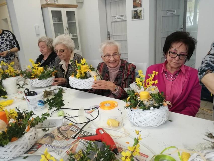 Seniorzy wzięli udział w świątecznych warsztatach [ZDJĘCIA]