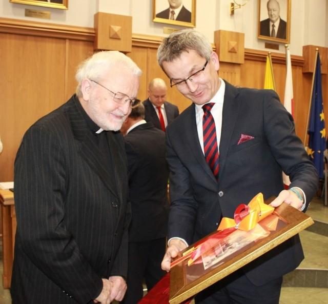Ks. Henryk Bolczyk odebrał na sesji Rady Miasta tytuł Honorowego Obywatela Rudy Ślaskiej. To 13 osoba, która otrzymała taki tytuł