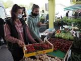 Owoce i warzywa nadal drogie. Kilogram czereśni i borówek za 50 zł, truskawek nawet za 32 zł. Kiedy wreszcie spadną ceny?