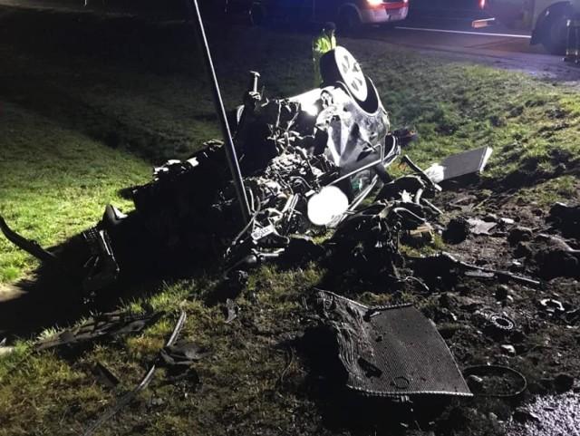 Do śmiertelnego wypadku doszło w czwartek, 14 listopada, na autostradzie A2 na wysokości miejscowości Zagaje (gmina Lubrza).   Samochód osobowy leżący na poboczu autostrady został zauważony około godz. 4.00 nad ranem. Na miejsce od razu wyjechała świebodzińska policja. Policjanci w aucie znaleźli dwie osoby.   – Niestety jedna z nich nie przeżyła wypadku – mówi mł. asp. Marcin Ruciński, rzecznik świebodzińskiej policji. Druga osoba z samochodu została przewieziona do szpitala.  Na miejscu wypadku pracuje prokuratora oraz świebodzińscy policjanci. – Trwa ustalanie przyczyn oraz okoliczności tragicznego wypadku – mówi mł. asp. Ruciński. Wszystko wskazuje jednak na to, że kierowca podczas jazdy wypadł z drogi i dachował na poboczu.  Zdjęcia: OSP Lubrza  Zobacz wideo: Jak udzielać pierwszej pomocy ofiarom wypadków  Czytaj także: Korytarz życia na drodze. Jak go utworzyć? Wystarczy przestrzegać kilku zasad!  Zobacz wideo: Jak się zachować, kiedy jesteśmy świadkami wypadku?  Wideo:Dzień Dobry TVN