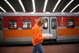 Informatorzy na dworcu w Katowicach przypominają o zmianie rozkładu jazdy pociągów PKP Intercity