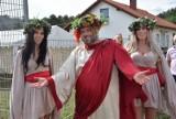 Winobranie 2020. Bachus i Bachantki w podróży po sołectwach. Przednia zabawa z bogiem wina w Ługowie i Kiełpinie?