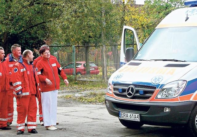 Nowoczesne karetki kupione za ponad 1 mln zł czekają na pacjentów. Teraz wozi ich firma Falck