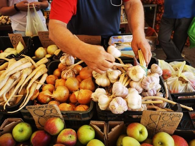 Zobacz po ile są warzywa i owoce na targowisku w Świebodzinie