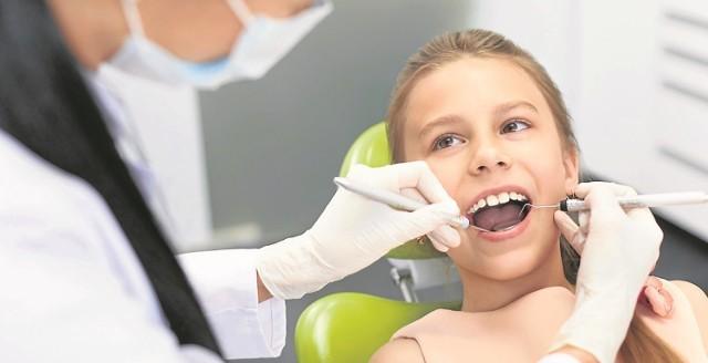 Powrotowi dentystów do szkół przyklaskują ich dyrektorzy. Przemawiają też za nim zatrważające statystyki