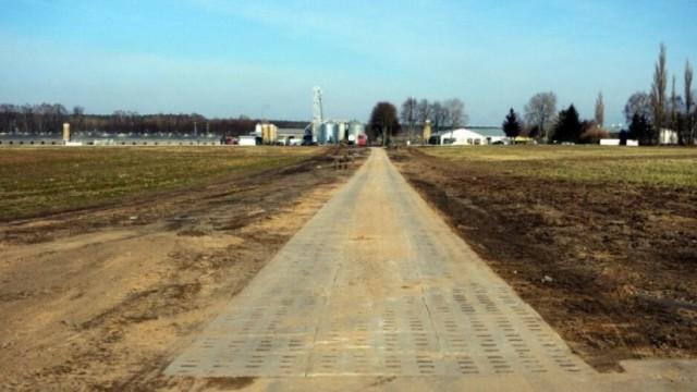 Płytami yombo utwardzone zostaną kolejne gruntowe drogi na terenie gminy Goleniów