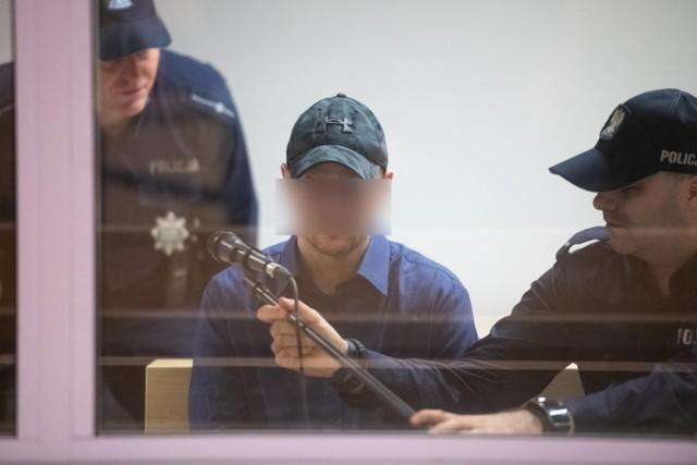 Tomasz J. był oskarżony o zabójstwo pięciu osób, usiłowanie zabójstwa kolejnych 34 osób, znieważenie zwłok swojej żony i spowodowanie wypadku drogowego. Jego syn został w nim ciężko ranny.