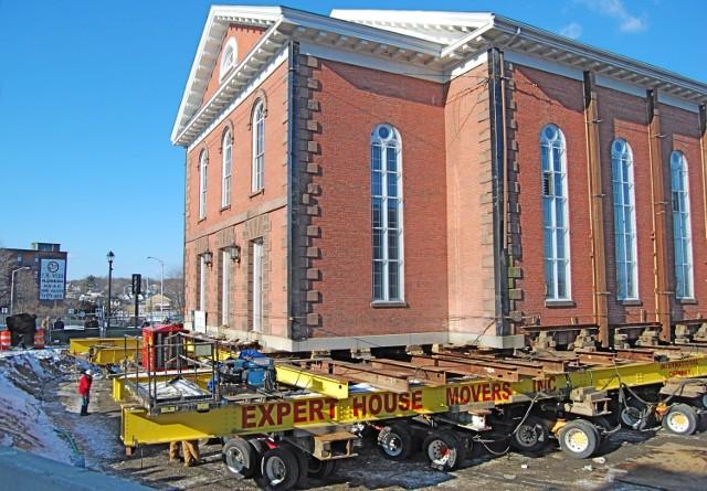 Na zdjęciu przenoszenie kościoła w amerykańskim Salem. Budynek z 1806 r. przeniesiono nieco dalej w roku 2009, żeby zrobić miejsce na nowy budynek sądu. Przejdź do kolejnych slajdów, żeby zobaczyć inne przykłady.   Licencja