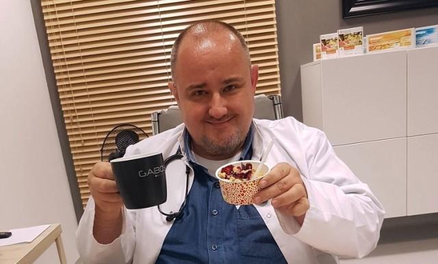 Dr nauk medycznych Maciej Jędrzejko radzi, jak przygotować swój organizm do walki z koronawirusem i wywoływaną przez niego chorobą.  Zobacz kolejne zdjęcia. Przesuwaj zdjęcia w prawo - naciśnij strzałkę lub przycisk NASTĘPNE