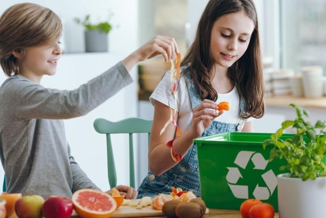 Ekologiczne podejście do życia, czyli z szacunkiem do naturalnych zasobów i otoczenia, to nie tylko sięganie po eko-żywność, organiczne kosmetyki i środki czystości, choć oczywiście takie wybory są ważne. Potrzebujemy jednak bardziej całościowego spojrzenia na ochronę przyrody, które jednocześnie pomoże nam lepiej zadbać o własne zdrowie.  Jakie nawyki warto więc zmienić, by być bardziej EKO? Sprawdź 10 sposobów na bardziej naturalne życie – Nowy Rok to najlepszy czas na realizowanie pozytywnych postanowień!